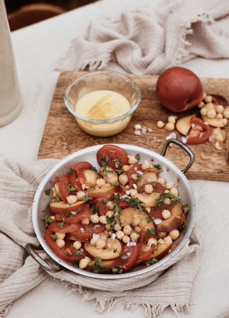 Salade tomates pêches et pois chiches vegan vegetarien